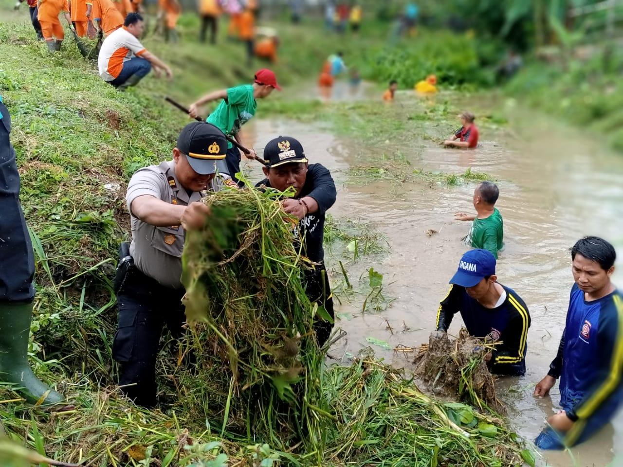 antisipasi-banjir-forkopimcam-sungai-keruh-gotong-royong-bersihkan-sungai-muba196q31578639407.jpg