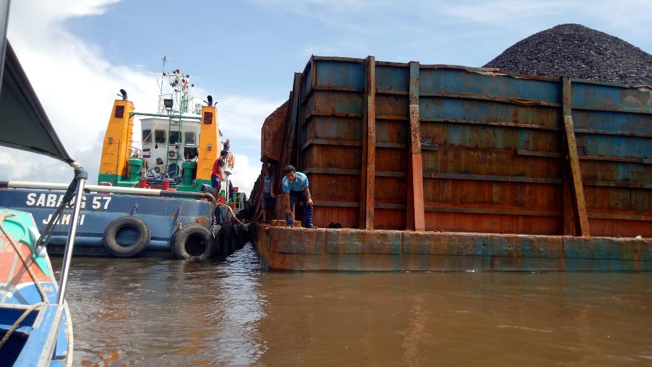 kapal-tongkang-sabang-57-tabrak-tiang-jembatan-p6-lalan-dishub-muba-lakukan-tindakan-tegas-muba74fk1551094298.jpg