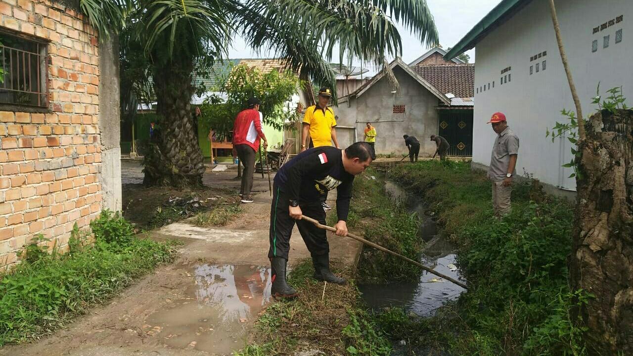 keroyokan-bersihkan-lingkungan-bersiap-hadapi-musim-hujan-muba340501578637191.jpg