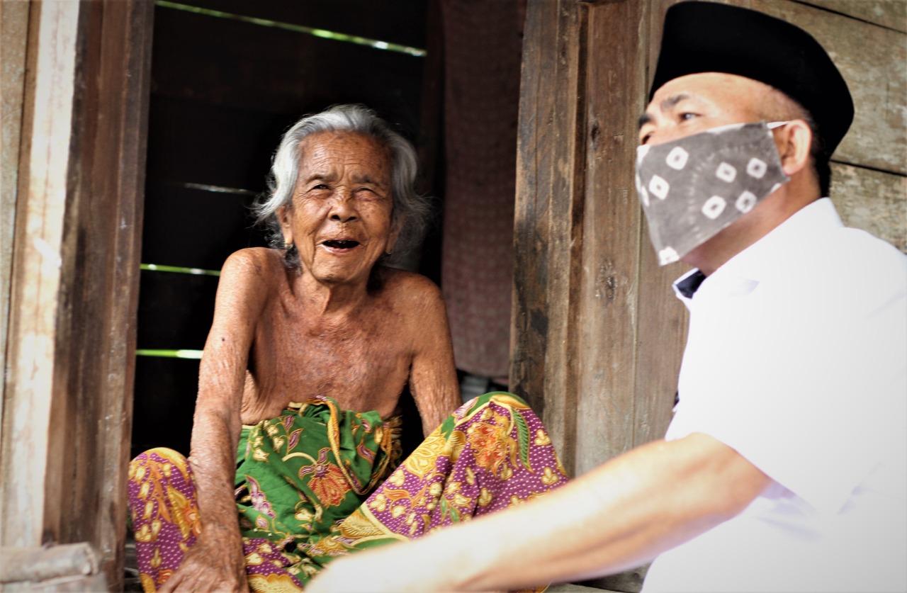 nenek-zumiah-berusia-100-tahun-warga-talang-piase-mendapatkan-blt-dana-desa-muba319md1590672133.jpg