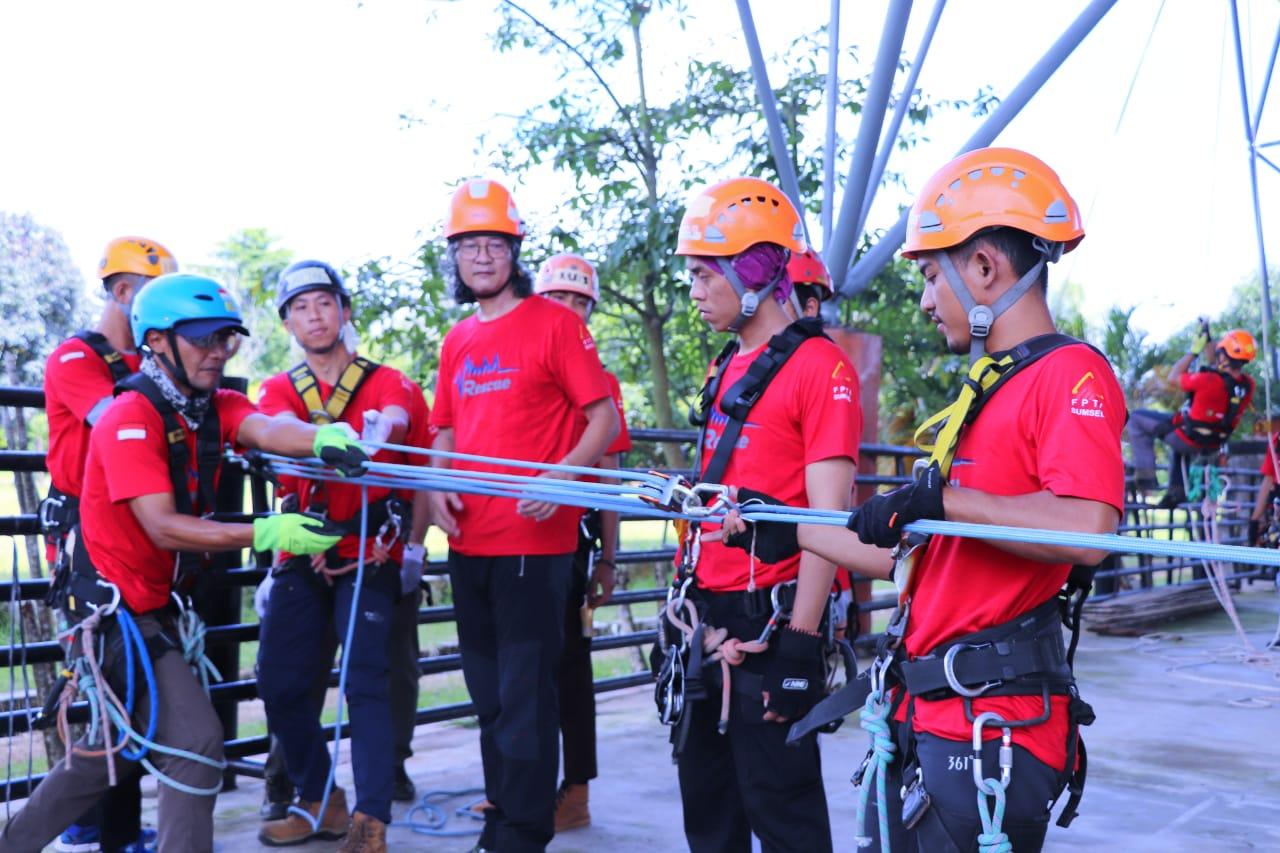 penuh-semangat-tim-rescue-fpti-sumsel-latih-keahlian-vertical-rescue-di-stabel-berkuda-muba300xm1580272443.jpg
