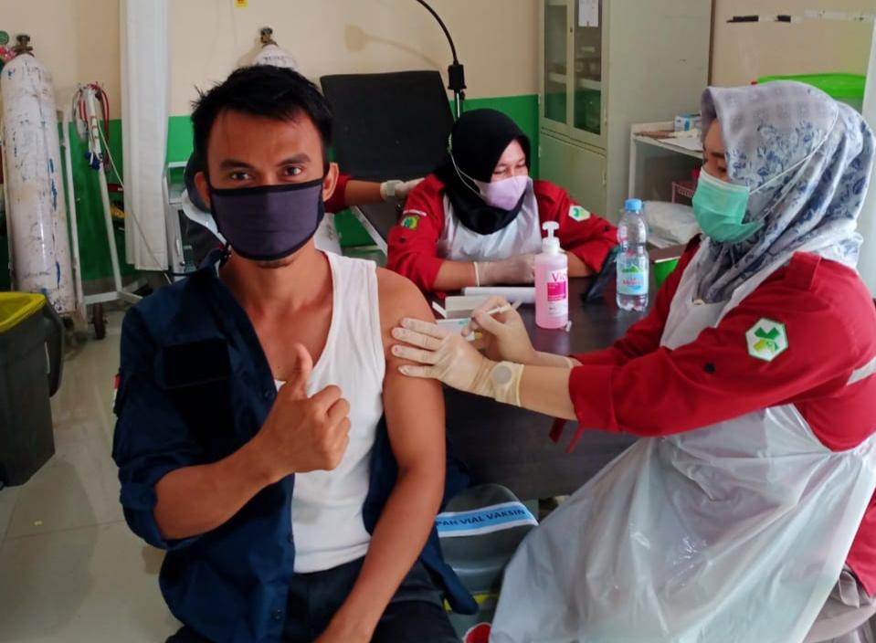 perangkat-desa-tanjung-agung-utara-tak-luput-dari-suntikan-vaksinasi-oleh-upt-puskesmas-gardu-harapan-muba192il1618117778.jpg