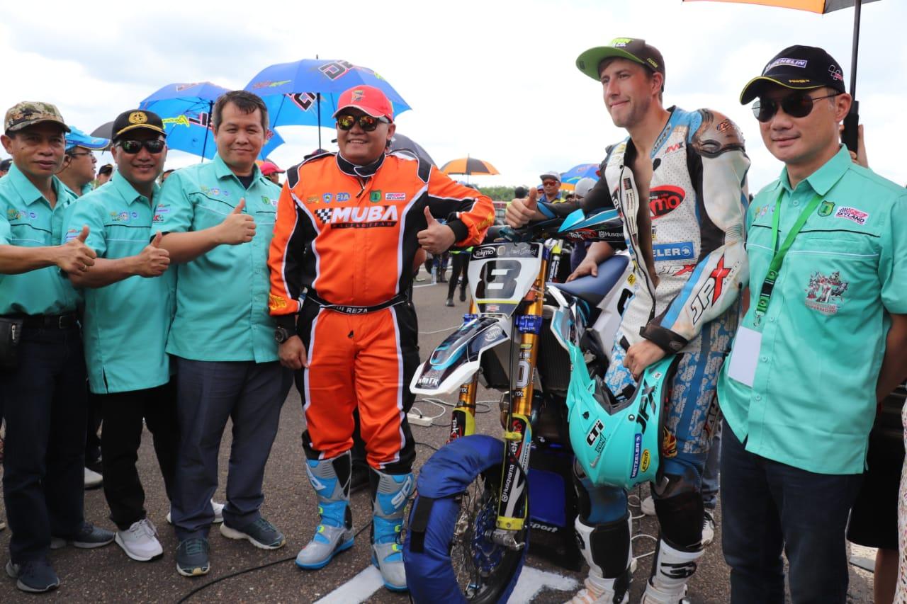 racer-inggris-jadi-juara-supermoto-asia-sukses-digelar-di-muba-muba236aq1575801971.jpg