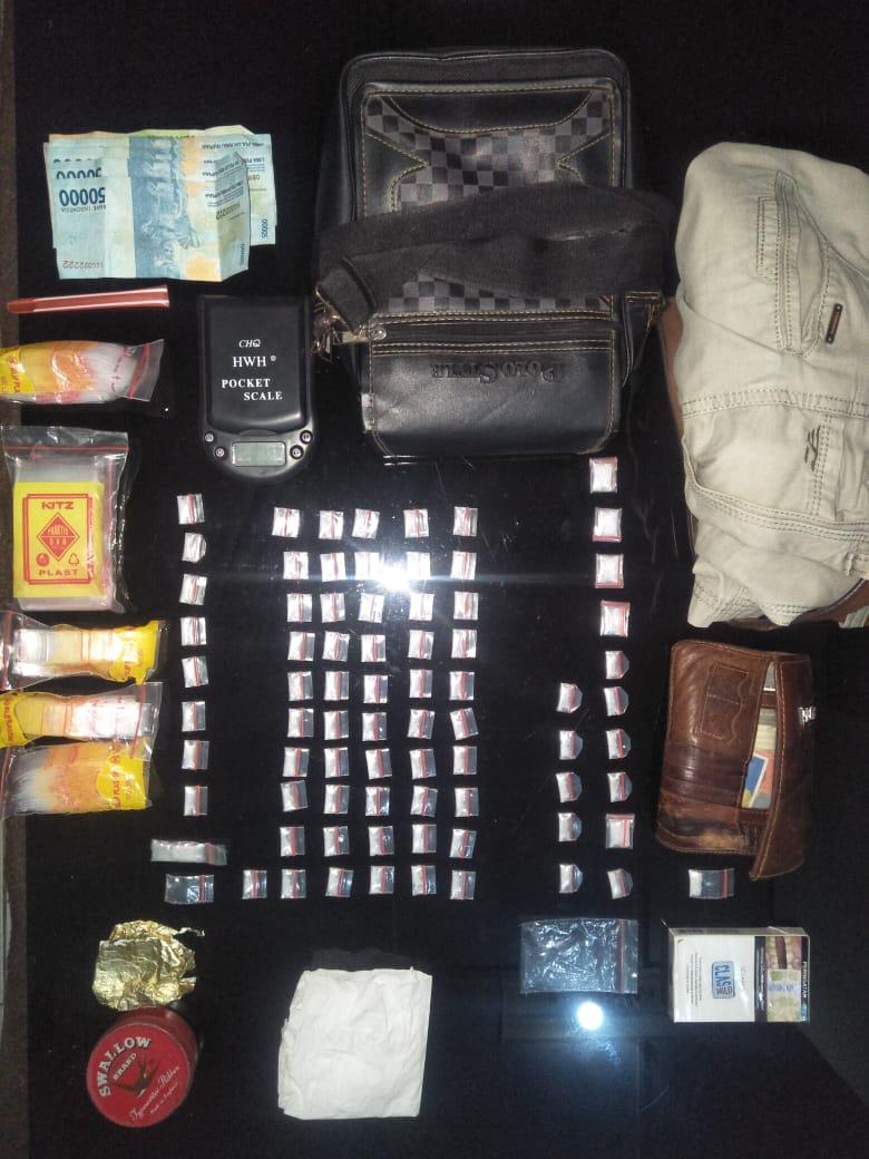 saat-santai-bandar-narkoba-ini-lalai-dan-ditangkap-dirumahnya-muba200fr1568866840.jpg