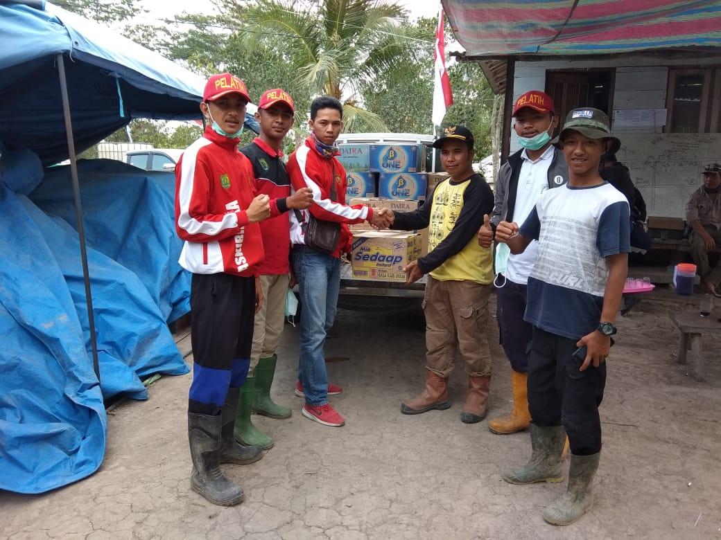 sekelompok-pemuda-20an-tahun-dari-ppi-bayung-lencir-berikan-bantuan-ke-lokasi-karhutlah-muba196c41566653566.jpg