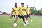 Sebanyak 17 pemain mengikuti sesi latihan yang langsung dipimpin oleh kepala pelatih, Jafri Sastra