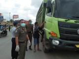 Antisipasi Penyebaran Virus Corona, Periksa Kendaraan Di Perbatasan