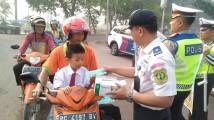 Bagi Masker dan Sosialisasi Nyalakan Lampu Kendaraan