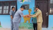 GM PT IFI Bp Tong Thung Sian menyerahkan kunci sebagai simbolis serah terima bantuan kepada Kepala Desa Mendis Jaya Jefri KR S.Pd.