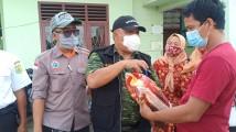 Kepala Dinsos Muba H. Ahmad Nasuhi Saat Memberikan Langsung Bantuan Sembako di Desa Epil