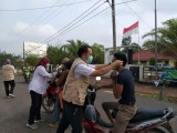 Tamak beberapa kendaraan di stop untuk dibagikan masker oleh tim PKM Sidorahayu