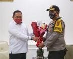 Datangi Kantor Bupati Muba, Kapolres Berikan Buket Bunga Tanda Cinta Kasih Polri