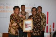 Asmono Wikan Founder & CEO PR INDONESIA menyerahkan piagam penghargaan  kepada Dodi Reza Alex sebagai Best Communicators 2018 kategori Bupati yang diterima oleh Herryandi Sinulingga Kabag Humas Pemkab Muba