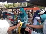 Camat Babat Supat bersama TP PKK Babat Supat menggelar kegiatan bakti sosial di pasar kalangan berupa pembagian di Desa Supat Timur 1000 buah masker kain, Senin (31/8/2020).
