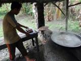 Nasuha saat sedang mengolah air nira kelapa menjadi gula merah.