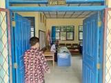 Ruang guru SMPN 3 Bayung Lencir, nampak seorang guru akan masuk ruangan.
