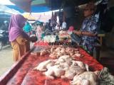 Penjual ayam yang sedang melayani pembeli.