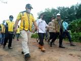 Bupati Muba Dr Dodi Reza Alex Noerdin Lic Econ MBA menyusuri jalan alternatif di Desa Bailangu dengan berjalan kaki.