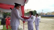 Penyerahan bendera merah putih kepada Paskibra, pada upacara peringatan detik-detik Proklamasi Kemerdekaan RI Ke 74.