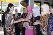 Penasehat DWP Kabupaten Muba, Hj Thia Yufada Dodi Reza pada peringatan Hari Ulang Tahun Dharmawanita Persatuan (HUT DWP) Kabupaten Muba ke 19 dan Hari Ibu ke 90