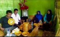 lidi kelapa sawit diolah menjadi piring wadah makan, piring wadah buah, dan piring wadah kue