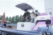 Beni-Riezky Serahkan Bantuan Puluhan Alsintan ke Petani Lalan