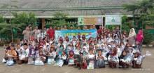 PT Indonesia Fibreboard Industry (PT IFI), memberikan beasiswa serta perlengkapan sekolah bagi 108 Siswa SDN Mendis Jaya yang berprestasi dan kurang mampu, Jum'at (21/6/2019).