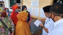 Drs H Apriyadi MSi saat menyerahkan BLT di Desa Ulak Paceh Kecamatan Lawang Wetan, Selasa (12/5/2020).