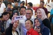 Sejumlah Tokoh Masyarakat dan wartawan berselfi dengan Bupati Musi Banyuasin, usai kegiatan Rapat Refleksi Akhir Tahun 2019 di Auditorium Pemkab Muba, Senin (30/12/2019).