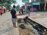 Penuh Sampah, Warga Gotong Royong Bersihkan Selokan