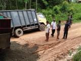Perbaiki Jalan Rusak Ini Yang Dilakukan Camat Sungai Keruh