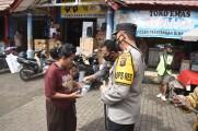 Pembagian Masker di Pasar Perjuangan Sekayu Oleh Jajaran Polres Muba dan Gabungan Forkopimda Pol PP