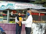 Kabid Sarana Distribusi dan Logistik Supriyanto,MSi saat melakukan telusur UMKM dibeberapa lokasi guna memberikan bantuan Minyak Goreng.