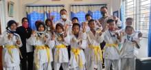 Foto bersama usai di sambut langsung oleh Korwil UPTD Dikbud Bayung Lencir,Rattan SPd.SD., usai siswa-siswi SDN Muara Medak memboyong 12 Medali pada kejurnas karate.