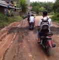 Secara Swadaya Masyarakat Perbaiki Jalan Negara