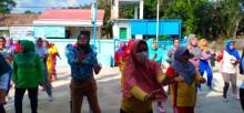 Ibu-ibu di Desa Bayat Ilir melaksanakan senam Zumba setiap Hari Minggu.
