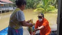 Serahkan Sembako, Forkopimcam Dayung Perahu Sambangi Warga Pagar Desa