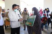 Bupati bergelar doktor keluaran dari Universitas Padjadjaran ini, saat ditengah mewabahnya virus Corona hadir langsung ke Desa Baru Jaya Kecamatan Jirak Jaya dan menyerahkan bantuan secara simbolis tersebut kepada warga, Senin (11/05/2020).