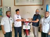 Persatuan Guru Republik Indonesia (PGRI) Cabang Bayung Lencir menunjukkan rasa solidaritas terhadap sesama dengan mendonasikan satu unit sepeda motor kepada salah satu guru yang tertimpa musibah kebakaran rumah, hari ini Rabu (22/7) bersama Korwil Dikbud