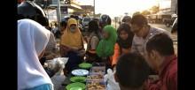 Mobil SOSIS (sodaqoh sarapan gratis) Polres Muba keliling menyediakan sarapan gratis untuk masyarakat yang membutuhkan sekaligus memberikan himbauan kamtibmas.