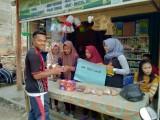Siswa SMA Budi Luhur Tungkal Jaya yang menjajakan hasil olahan Bonggol Pisangnya di Pasar.