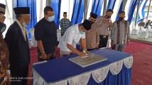Penandatanganan prasasti oleh Wakil Ketua DPRD Muba, H Rabik HS S.E S.H M.H dilanjutkan dengan doa bersama dan tahlil.