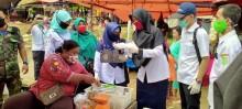 Tim Satgas Covid19 terus Lakukan Sosialisasi Jaga Jarak dan Bagikan Masker di Pasar BHL