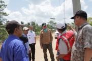 Beni Hernedi mendatangi lokasi pemasangan transmisi listrik ke Kecamatan Lalan, bertempat di Desa Penugguan Kabupaten Bayuasin, Kamis (22/8/2019).