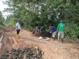 Rabu (10/2/21), masyarakat gotong royong memperbaiki jalan Senambah yang merupakan jalan penghubung Kabupaten yang rusak.