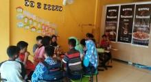 Tampak para pengunjung waroenk kongkows sedang menikmati menu yang disajikan pemilik waroeng kongkows,  Kamis (12/10/2017)